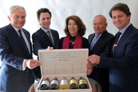 Robert Parker signe une caisse de vin
