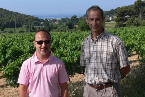 Jorhn Euvrard avec Monsieur Delille dans les vignes de Terrebrune à Bandol