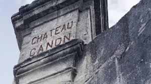 gravure chateau canon sur une des colonnes de l'entrée du domaine