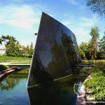 chai design des carmes haut-brion, au milieu d'eau, forme triangulaire , en métal
