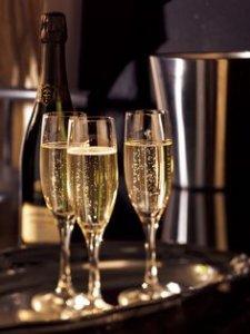 3 flutes de champagne remplies