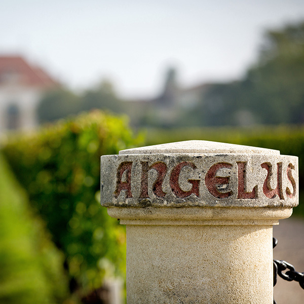 Les bornes marquent l'entrée du Château Angélus